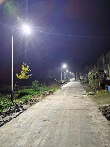 太阳能路灯照亮烟峰镇二坝村乡村幸福快乐美好生活