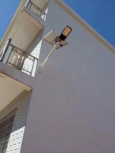 新疆呼伦贝尔17套太阳能路灯照亮居民夜行路