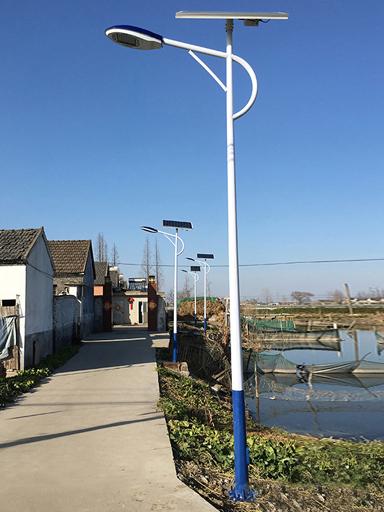 黑了几十年的村拥有太阳能路灯,烂了十几年的泥巴路变为混凝土地面
