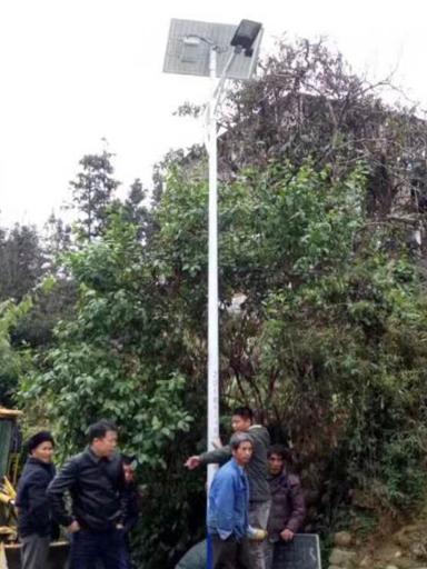 海南琼中县新进农场装上太阳能路灯