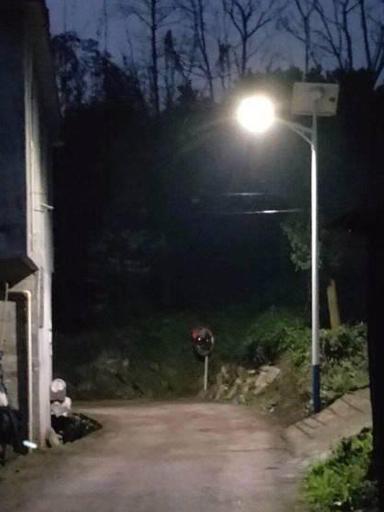 贴心!广西玉林博白这一镇圩也装上太阳能路灯啦!