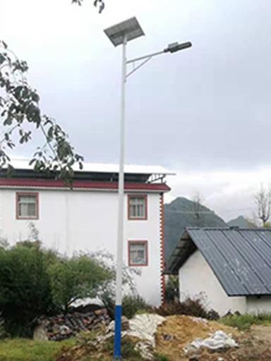 海南大里村装上太阳能路灯 处理村民出行生产制造难题