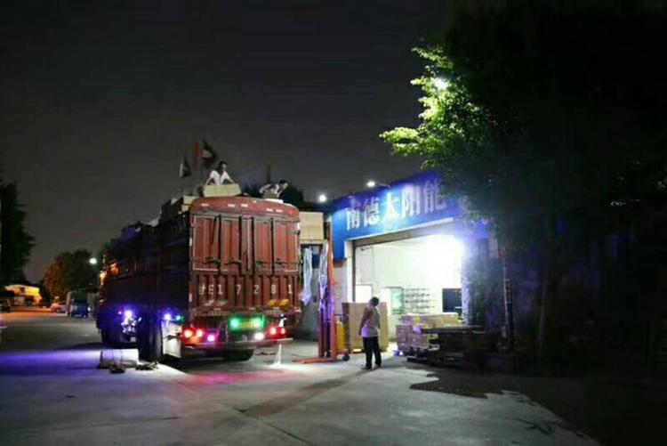 南德太阳能_太阳能路灯晚上装车图_太阳能路灯生产厂家