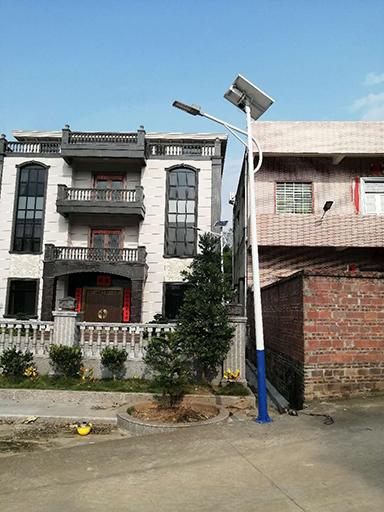 重庆市彭水县龙射镇钟山村250盏太阳能路灯照亮村民出行路
