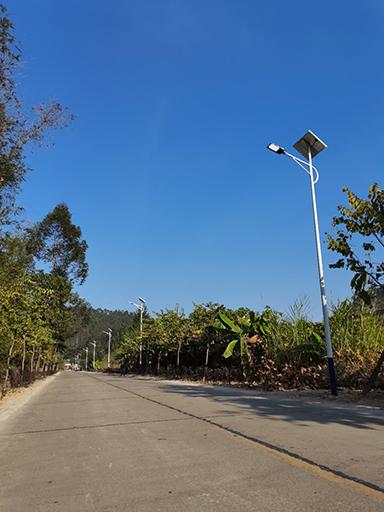 偏僻乡村装上太阳能路灯 盏盏路灯照亮村民回家路