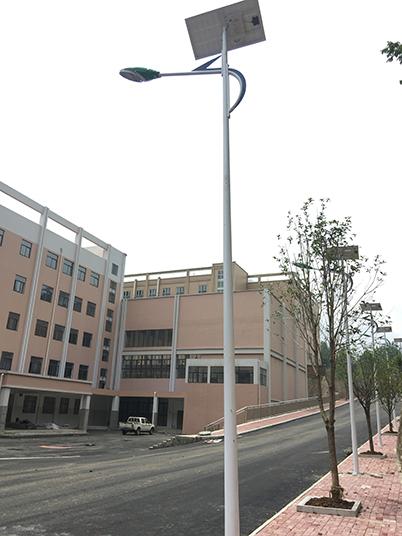 贵州省六盘水市凤凰新区第十中学太阳能路灯工程案例